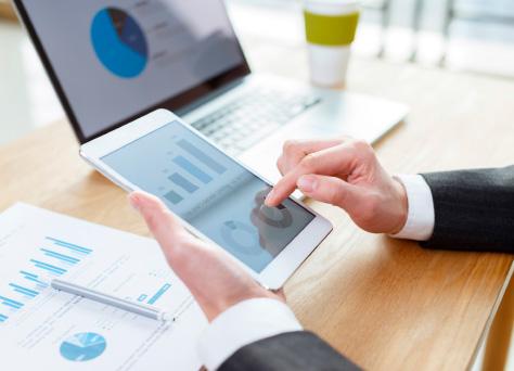 Un asesor laboral trabajando en su asesoría mientras ofrece servicios de asesoramiento laboral.
