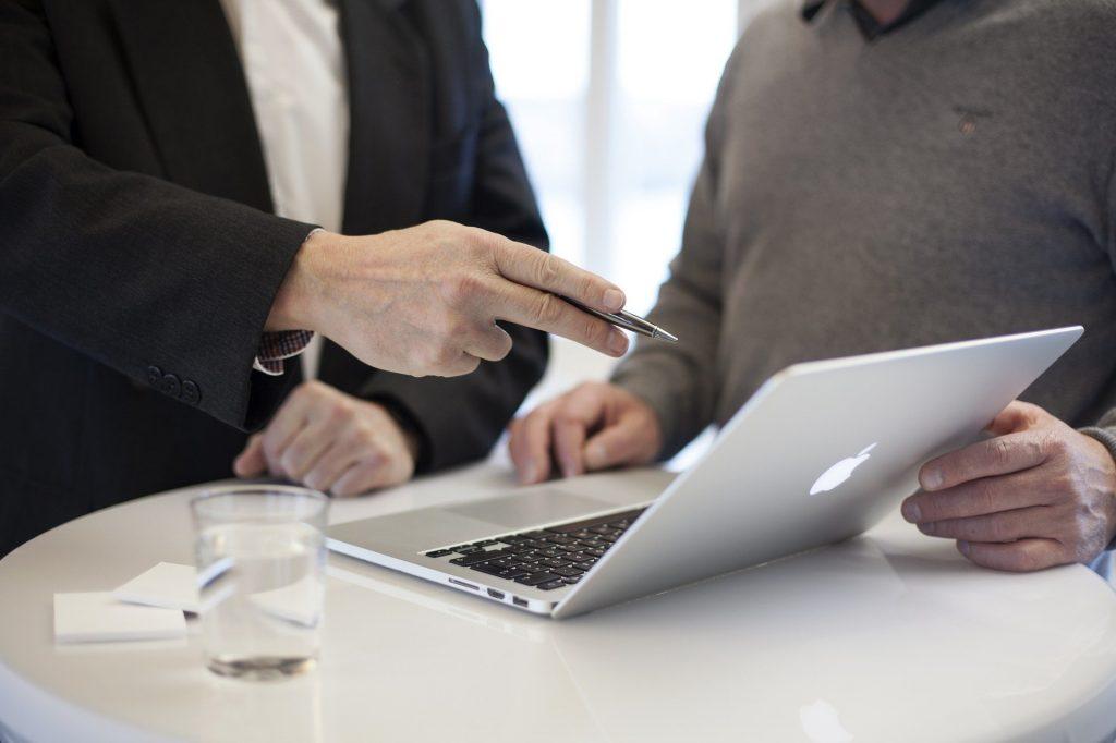 Un abogado especializado en derecho concursal está asesorando a un cliente sobre temas relacionados con el derecho concursal y concurso de acreedores.