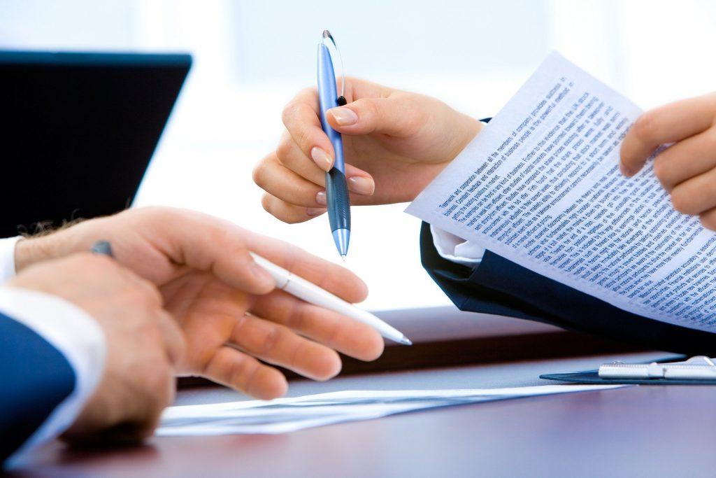 Un abogado especializado en derecho civil está asesorando a un cliente en materia civilista.