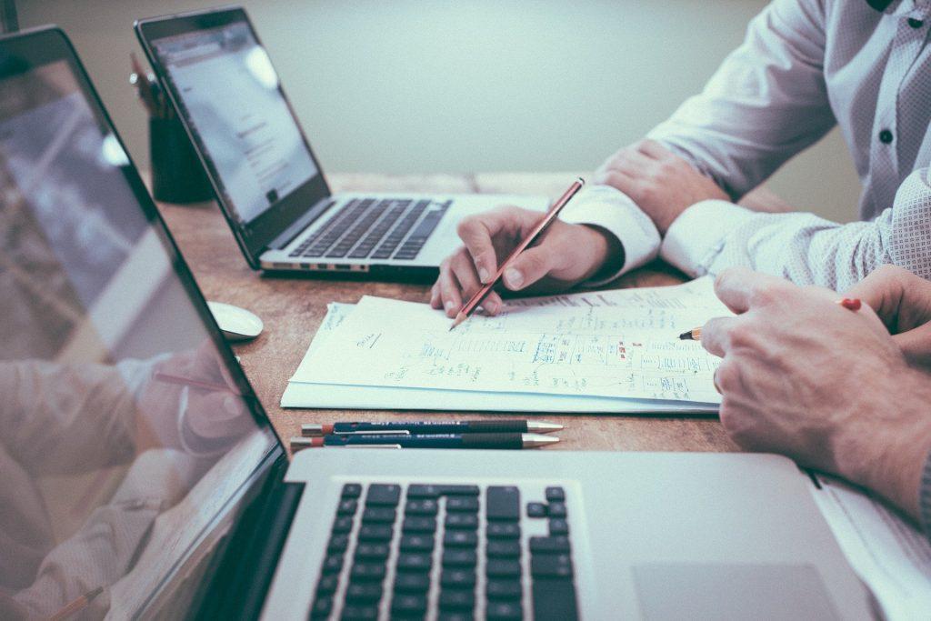 Un abogado administrativo está asesorando a un cliente sobre servicios en materia del derecho administrativo.